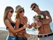 Како да ја одберете вистинската девојка на плажа?